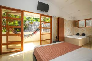 Una televisión o centro de entretenimiento en Manigua Tayrona Hostel