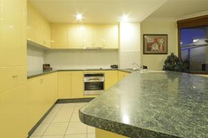 A kitchen or kitchenette at Ocean Views - Airlie Beach