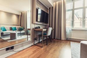En tv och/eller ett underhållningssystem på Hotel Poseidon