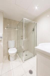 A bathroom at ibis Styles Canberra