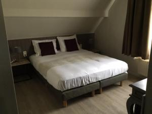 A bed or beds in a room at Pauls Hotel