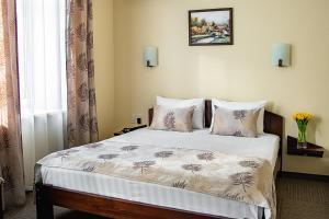 A bed or beds in a room at Stariy Dvorik on Mopra
