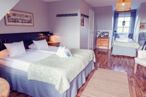 Säng eller sängar i ett rum på Hotell Mossbylund