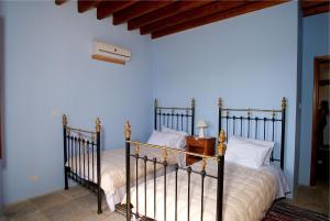 Een bed of bedden in een kamer bij Porfyrios Country House