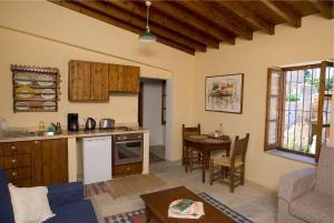 Een keuken of kitchenette bij Porfyrios Country House