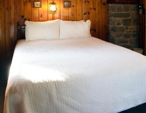A bed or beds in a room at Mountain Springs Lake Resort
