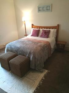 A bed or beds in a room at Hilda Anna's