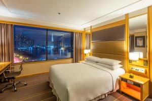 A bed or beds in a room at Renaissance Riverside Hotel Saigon