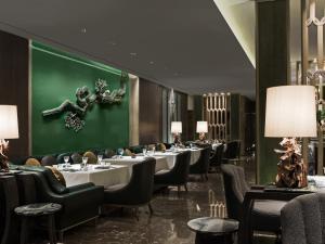 Four Seasons Hotel Seoul tesisinde bir restoran veya yemek mekanı