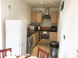 A kitchen or kitchenette at Discounted Short Term Let