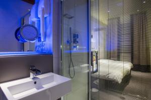 Ett badrum på Henley House Hotel