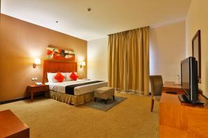 سرير أو أسرّة في غرفة في Mena Plaza Taif