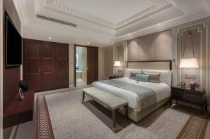 A bed or beds in a room at The Fullerton Hotel Singapore (SG Clean, Staycation Approved)