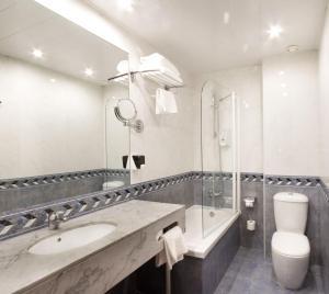 A bathroom at Hotel Garbi Millenni