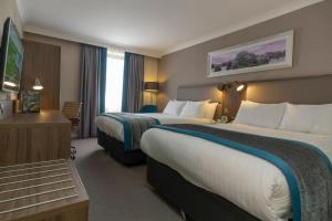 A bed or beds in a room at Holiday Inn Nottingham