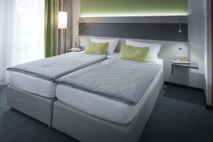 A bed or beds in a room at bfwhotel und Tagungszentrum