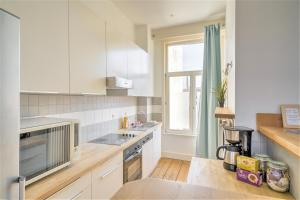 A kitchen or kitchenette at The Capital Street Lodge
