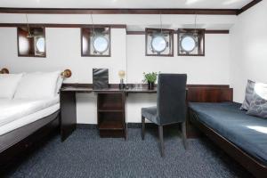 A seating area at Mälardrottningen Yacht Hotel & Restaurant