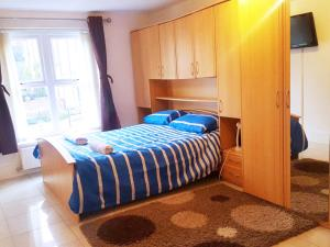 A bed or beds in a room at Short Term Worsley Apartment