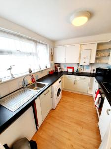 A kitchen or kitchenette at Rayleigh Town Centre 2 Bedroom Apartment