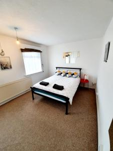 A bed or beds in a room at Rayleigh Town Centre 2 Bedroom Apartment