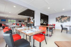 A restaurant or other place to eat at KYRIAD Issoudun