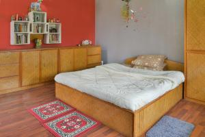 A bed or beds in a room at Indrakeel Farmstay by Vista Rooms