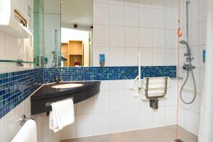 A bathroom at Holiday Inn Express Hemel Hempstead