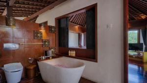 A bathroom at Black Penny Villas Ubud
