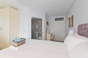 A bed or beds in a room at Hazelwood Short Stay Accommodation