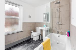 A bathroom at ! Everton Guest House - BRAND NEW - 5 min to EFC & LFC - FREE parking - 3 x Smart TVs !