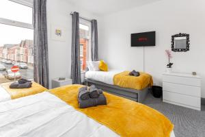 A bed or beds in a room at ! Everton Guest House - BRAND NEW - 5 min to EFC & LFC - FREE parking - 3 x Smart TVs !