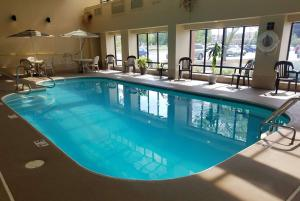 The swimming pool at or near Wingate by Wyndham Springfield