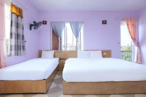 A bed or beds in a room at OYO 593 Bach Duong Hotel