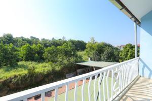 A balcony or terrace at OYO 593 Bach Duong Hotel