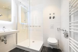 A bathroom at Hotel Olympia Schießanlage