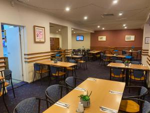 A restaurant or other place to eat at Horse & Jockey Hotel Motel