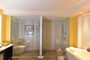 A bathroom at Shinta Mani Shack