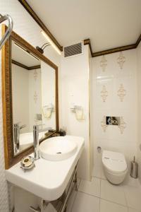 A bathroom at Empire Suite Hotel