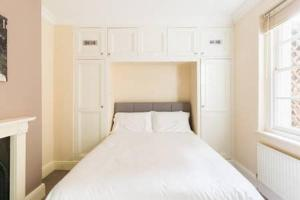 A bed or beds in a room at Regency apartment - private entrance & courtyard