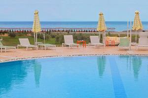 בריכת השחייה שנמצאת ב-Litohoro Olympus Resort Villas & Spa או באזור