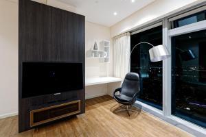 Телевизор и/или развлекательный центр в Sky Elite Moscow City apartment 54 floor Апартаменты Москва Сити 54 этаж