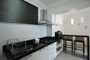 A kitchen or kitchenette at bombinha summer beach apartamento privado