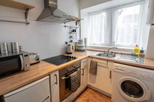 A kitchen or kitchenette at ☆ Quiet Ground Floor Apartment Near University ☆