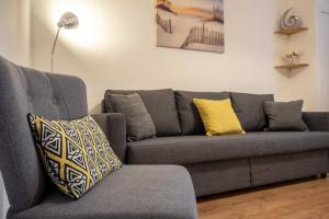 A seating area at ☆ Quiet Ground Floor Apartment Near University ☆