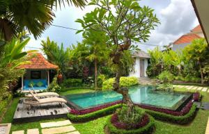 A view of the pool at Villa Rumah Lumbung or nearby