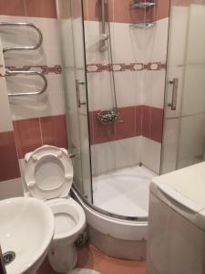 A bathroom at Апартаменты в тихом районе города, новый дом