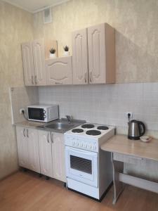 A kitchen or kitchenette at Апартаменты в тихом районе города, новый дом