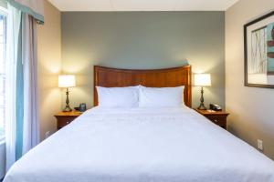 A bed or beds in a room at Homewood Suites by Hilton Lawrenceville Duluth