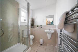 A bathroom at Modern Luxury 2 Bed Apartment 6 Guests En-Suite Netflix Wi-Fi